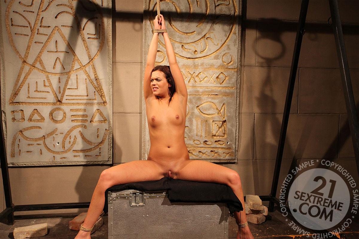 БДСМ с лесбиянками, две телки решили поиграть в рабу и госпожу, одна шлепает плеткой привязанную партнершу и трахает вибратором