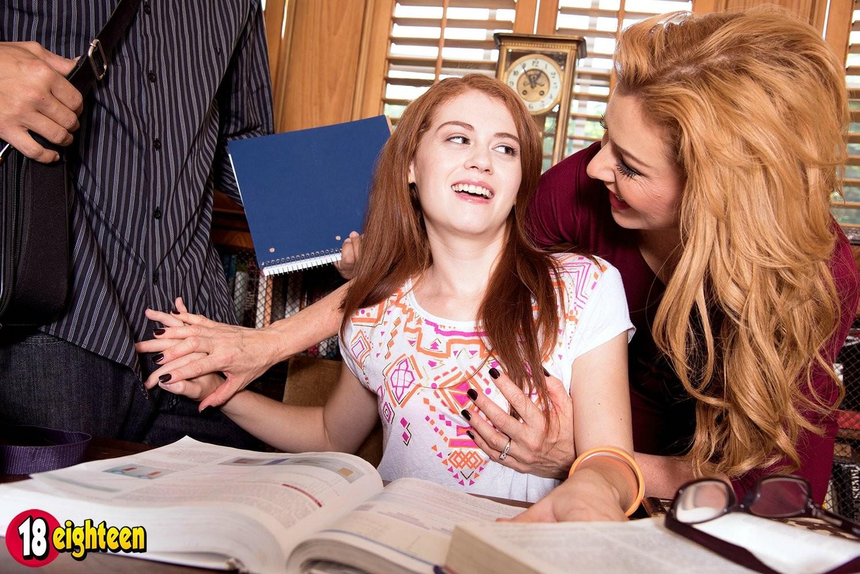 Сочная рыжая женщина преподает молодой любовнице уроки анала с мексиканским мачо