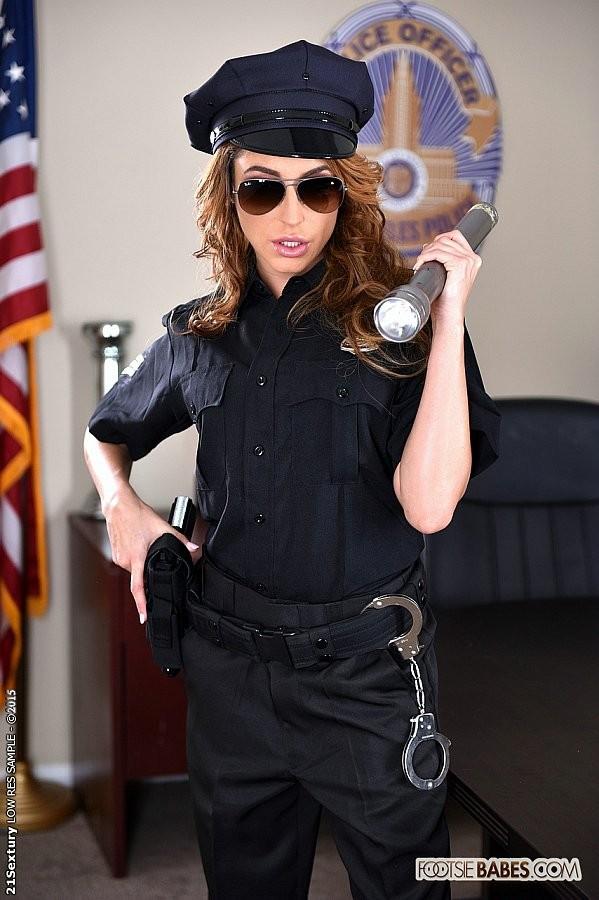 Кристианна Синн играет плохого полицейского, которого можно удовлетворить, если облизать пальцы ног, трахнуть и кончить на ступни
