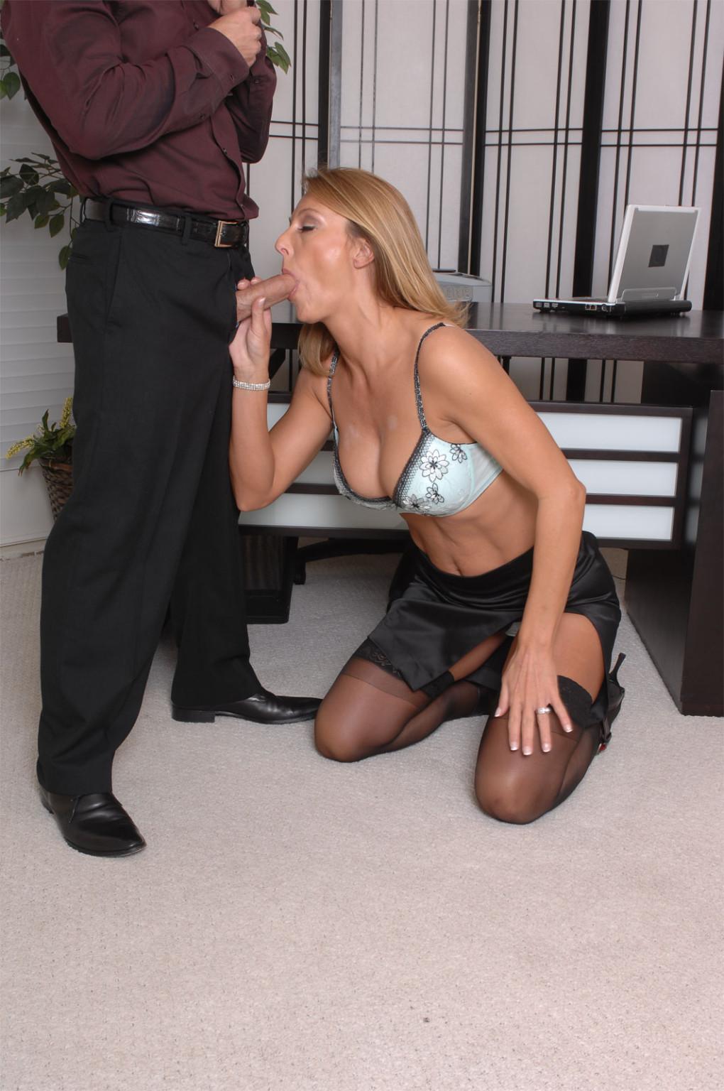 Брэнда Джеймс – зрелая секретарша, которая соблазняет молодого мужчину прямо на рабочем месте