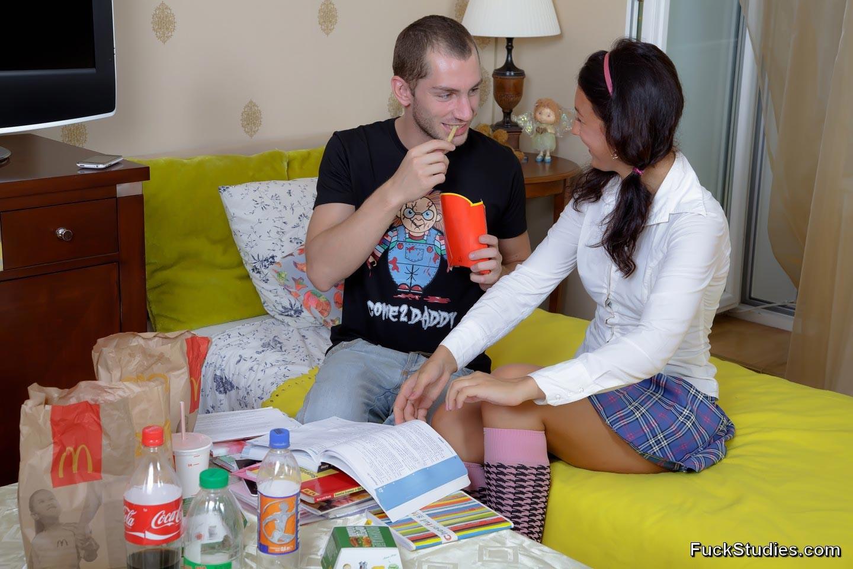 Дружеская беседа заходит в тупик, когда подруга выпивает лишнего, теперь мужчина может достать пенис из штанов и трахнуть милую девку в жопу