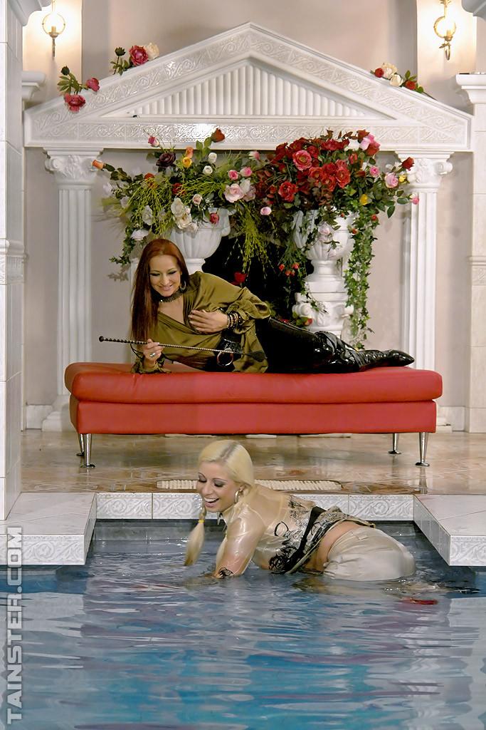 Сексуальная Джина Килмер вместе с подружкой оказываются в бассейне и пробуют друг друга на вкус