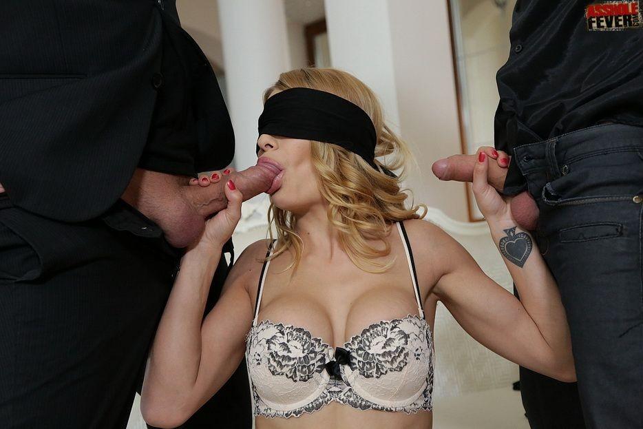 С закрытыми повязкой глазами, блондинка ебется с двумя парнями, даже не зная, кто они