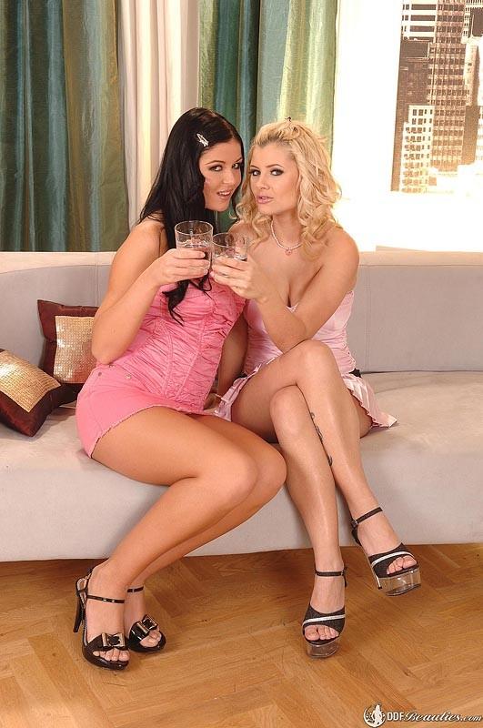 После оральных ласк, Алекса засунула в пизду Кристине небольшую бутылочку