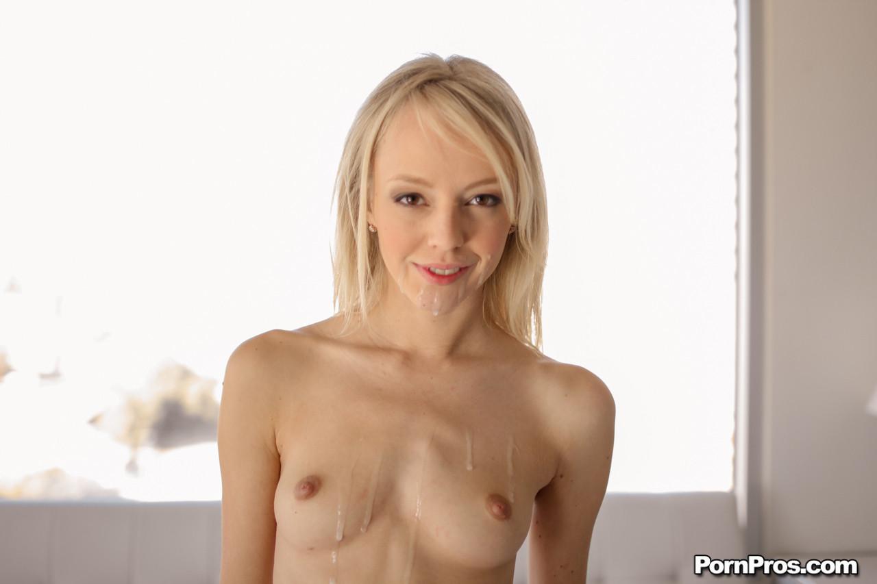 Худая Сиера Невада сосет, получает выстрел спермы в рот, также лицо и грудь, она довольна камшотом
