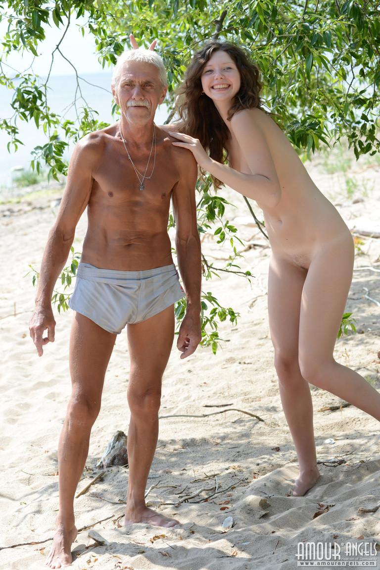 Девка оголилась в лесу и обнимается со стариком