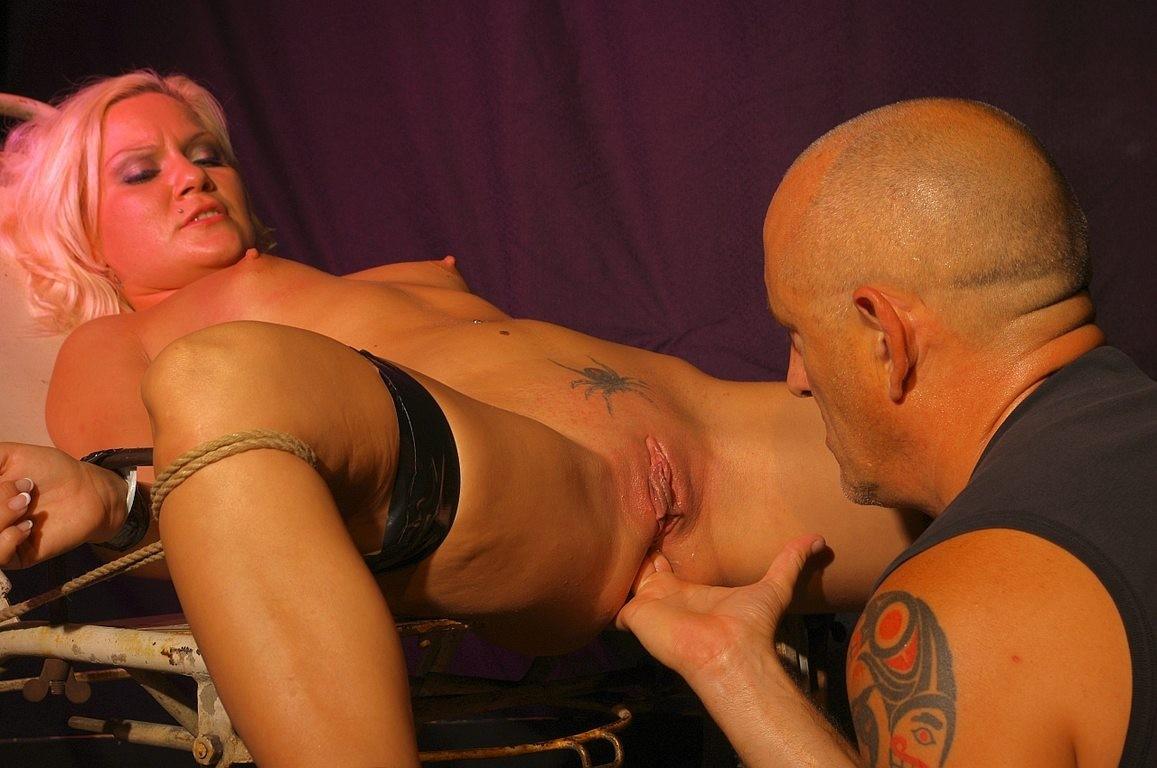 Лили Спайдер подвергается анальным пыткам, любитель бдсм привязывает телку и ебет ее в анал хуем и пальцами