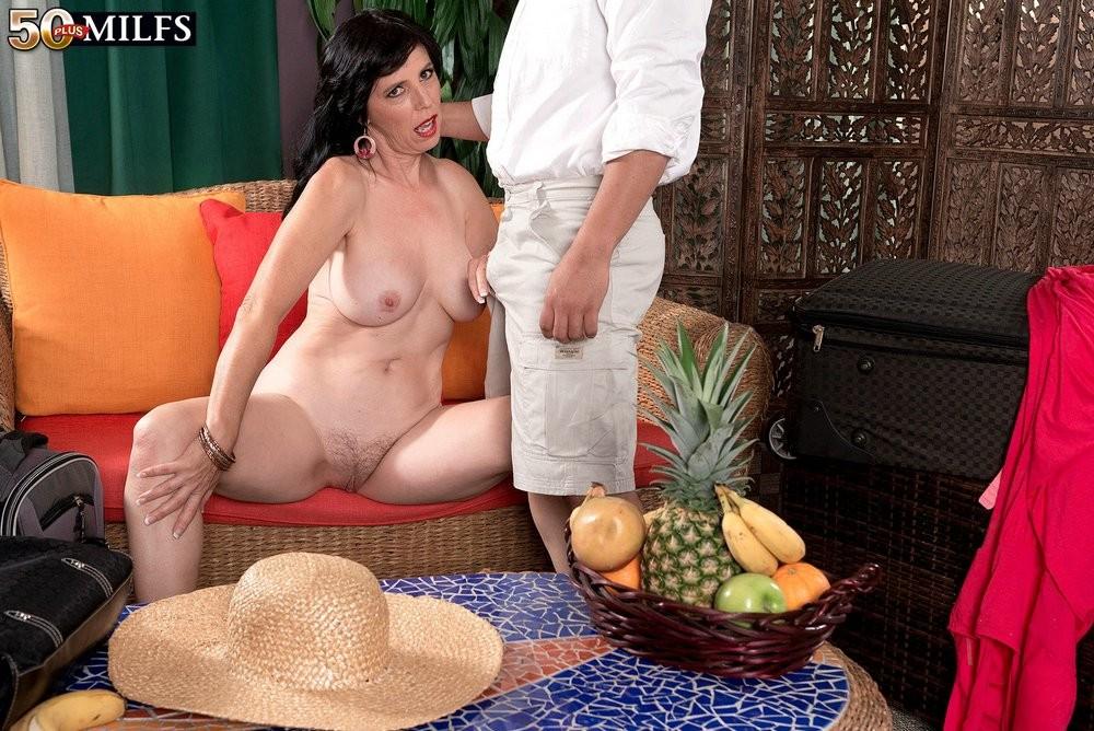 Рейвен Флайт спешит познакомиться с толстым членом незнакомца, парень же мечтает вставить тетке в тугой анал
