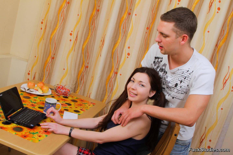 Русская девушка Зоя на кухне сидит за нетбуком, парень хочет ее трахнуть, он имеет ее прямо за обеденным столом