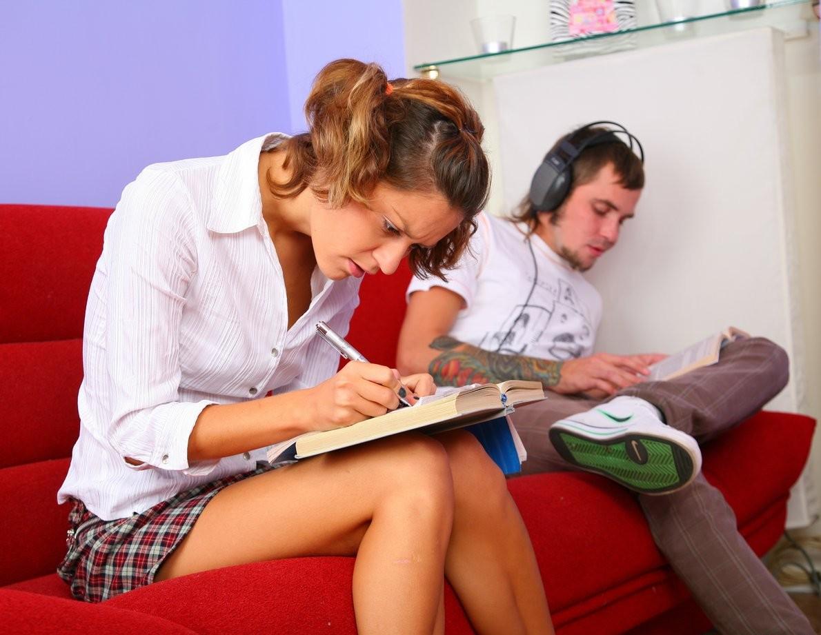 На красном диване анальный секс запомнится этой девушке навсегда, ее парень умеет уговаривать, поэтому она так легко отдалась