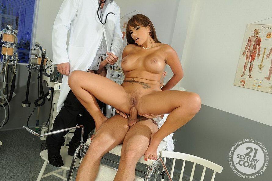 Знойную женшину выебали в две дырки два гинеколога