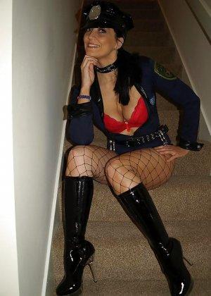 Брюнетка показывает, как она меняет образы – в любом из них она выглядит очень сексуально - фото 55