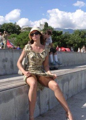 Смелая девушка не стесняется показывать свою фигуру, прогуливаясь по городу в обнаженном виде - фото 2