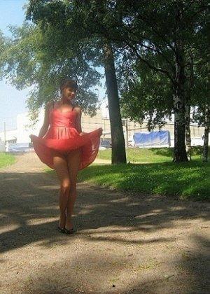 Девушка гуляет в летнем платье и периодически приподнимает его, чтобы показать свою киску - фото 15