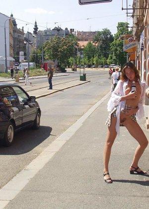 Распутная телочка гуляет по улицам красивого города и при этом оголяется на глазах у шокированного народа - фото 21
