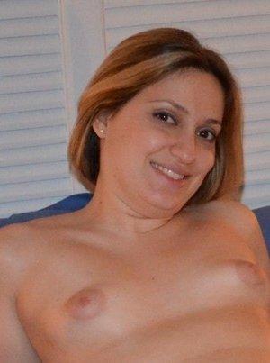 Одна горячая штучка любит делать эротические фото, при этом она пренебрегает использованием бритвы - фото 29
