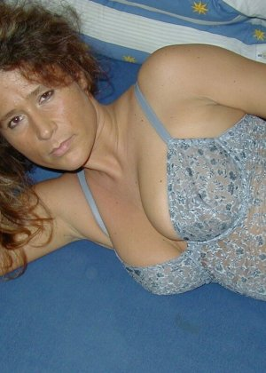 Горячая итальянка выглядит очень сексуально, показывая свое тело в разных комплектах белья - фото 4