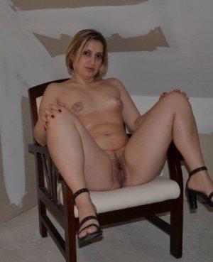 Одна горячая штучка любит делать эротические фото, при этом она пренебрегает использованием бритвы - фото 30