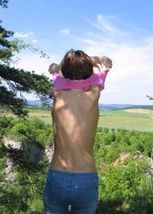 Горячая румынская развратница показывает своё тело перед всеми и ничего не стесняется - фото 17