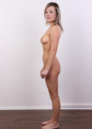 Девушка участвует в фотосессии, чтоб показать своё обнажённое тело перед камерой всем желающим - фото 15