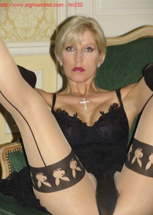 Зрелая роковая блондинка показывает свое хорошо сохранившееся тело с множеством татуировок - фото 17