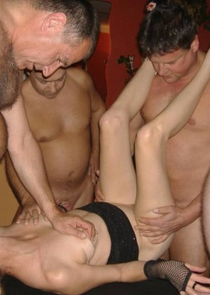 Блондинку окучивают четыре мужика и она старательно всех ублажает, как только умеет - фото 13