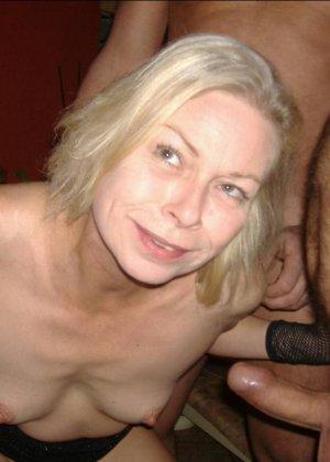 Блондинку окучивают четыре мужика и она старательно всех ублажает, как только умеет - фото 1