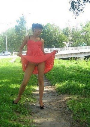 Девушка гуляет в летнем платье и периодически приподнимает его, чтобы показать свою киску - фото 14
