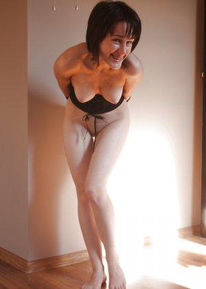 Горячая опытная женщина знает, в какие позы надо вставать, чтобы выглядеть соблазнительно - фото 3