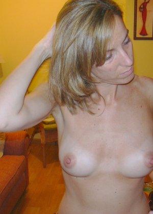 Смелая дамочка хранит большую коллекцию сексуальных фотографий, на которых она показывает всю себя - фото 4