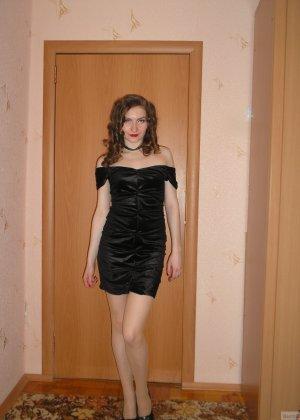 Девушка соглашается на домашнюю эротическую фотосессию, в которой она постепенно раздевается - фото 32