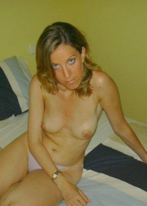 Смелая дамочка хранит большую коллекцию сексуальных фотографий, на которых она показывает всю себя - фото 7