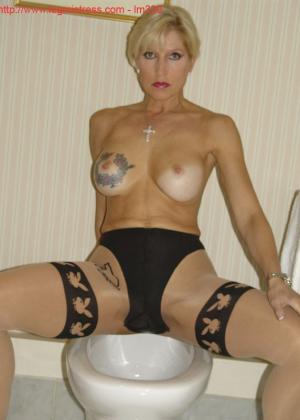 Зрелая роковая блондинка показывает свое хорошо сохранившееся тело с множеством татуировок - фото 49