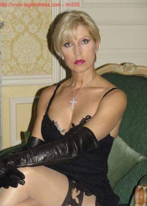 Зрелая роковая блондинка показывает свое хорошо сохранившееся тело с множеством татуировок - фото 4