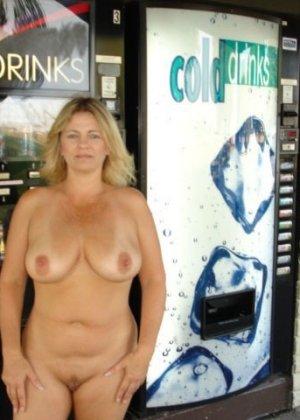 Зрелая пышная женщина показывает свое тело, абсолютно не стесняясь взглядов окружающих - фото 12