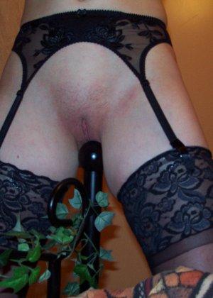 Сексуально выпуклый угол кровати привлекает парочку по очереди – то мужчину, то женщину - фото 5
