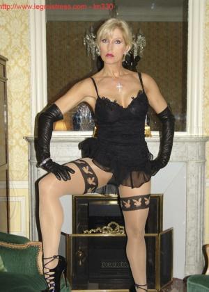 Зрелая роковая блондинка показывает свое хорошо сохранившееся тело с множеством татуировок - фото 14