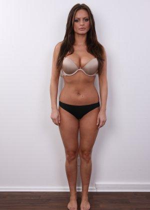 Аппетитная брюнетка показывает своё тело всем мужчинам и готова ничего не скрывать - фото 8