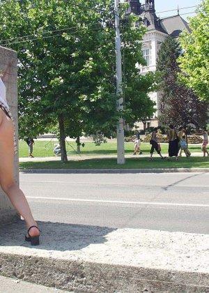 Распутная телочка гуляет по улицам красивого города и при этом оголяется на глазах у шокированного народа - фото 33