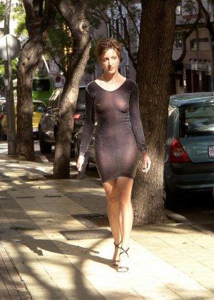 Сексуальные девушки демонстрируют себя в эротических костюмах – они выглядят очень соблазнительно - фото 13