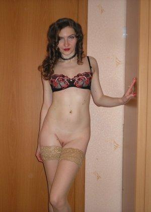 Девушка соглашается на домашнюю эротическую фотосессию, в которой она постепенно раздевается - фото 55