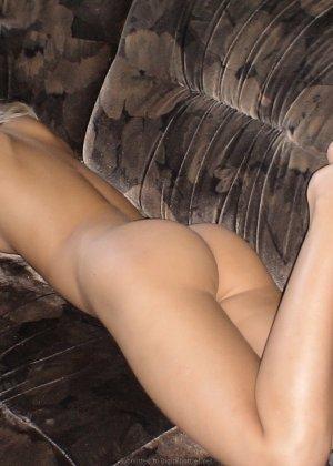 Горячая блондинка принимает разные позы, лишь бы только показать свои соблазнительные дырочки - фото 14