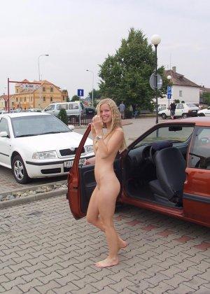 Раскованная блондинка не стесняется удивленных взглядов, когда гуляет по улицам своего города - фото 7