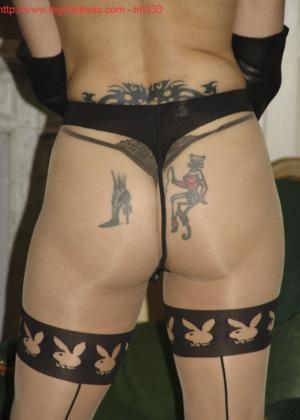 Зрелая роковая блондинка показывает свое хорошо сохранившееся тело с множеством татуировок - фото 30