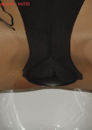 Зрелая роковая блондинка показывает свое хорошо сохранившееся тело с множеством татуировок - фото 50