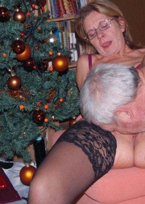 Парочки очень жарко встречают Рождество – это можно увидеть в сексуальной галерее фотографий - фото 10