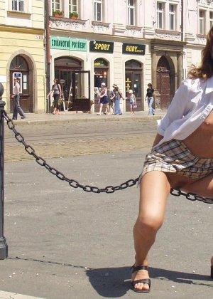 Распутная телочка гуляет по улицам красивого города и при этом оголяется на глазах у шокированного народа - фото 6