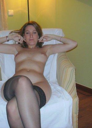 Смелая дамочка хранит большую коллекцию сексуальных фотографий, на которых она показывает всю себя - фото 23