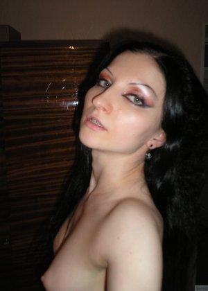 Девушка соглашается на домашнюю эротическую фотосессию, в которой она постепенно раздевается - фото 10