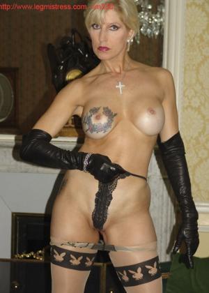Зрелая роковая блондинка показывает свое хорошо сохранившееся тело с множеством татуировок - фото 34